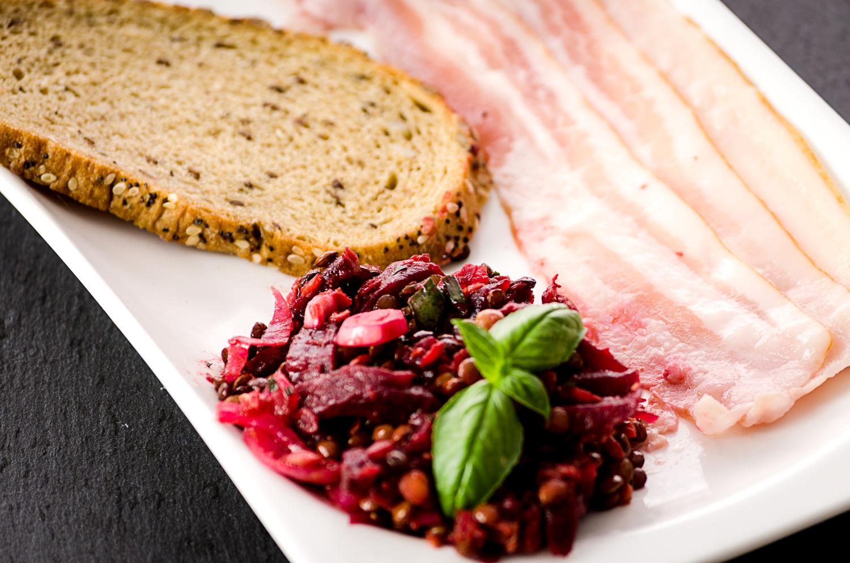 Statt grün mal rot – Salat aus roten Linsen und roter Bete